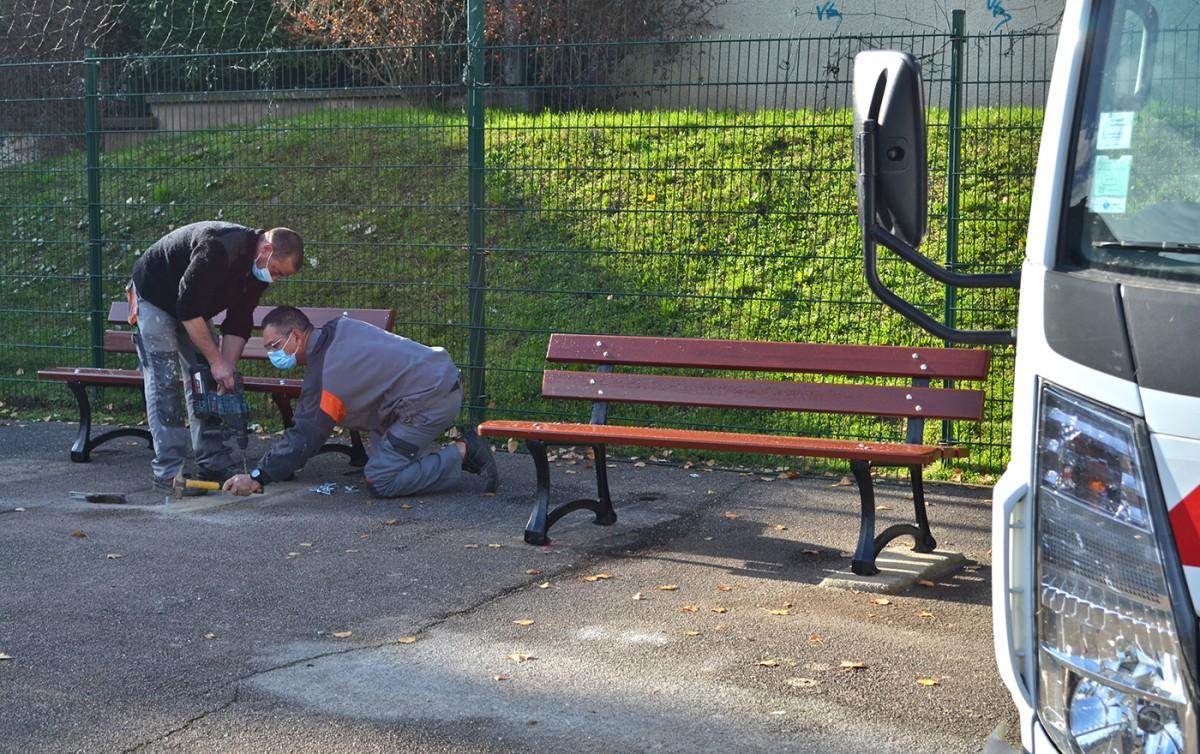Installation de nouveaux bancs rue Victor Hugo