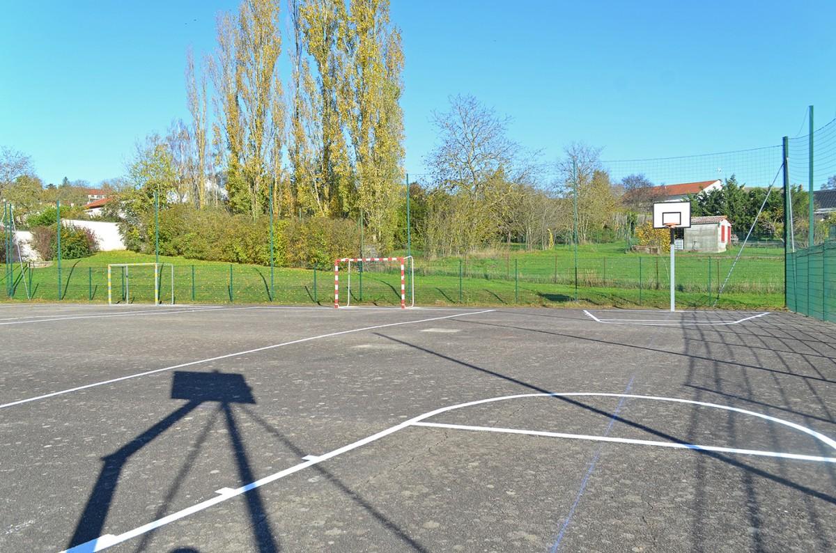 Nouveau marquage du terrain de foot et de basket